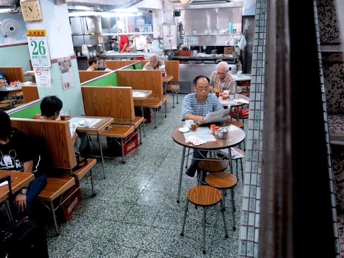 """传统式茶餐室,是当地人""""叹茶""""的地方。"""