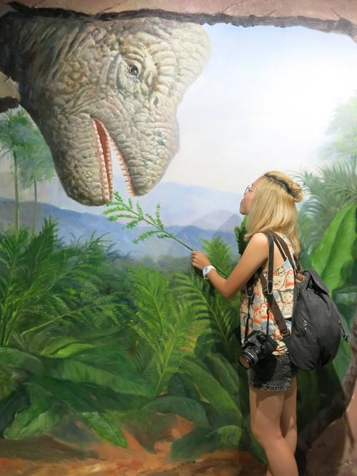 """3D侏罗纪,加入音效及灯光效应,让你和栩栩如生的大恐龙们来个貌似惊险的""""亲密""""互动!"""