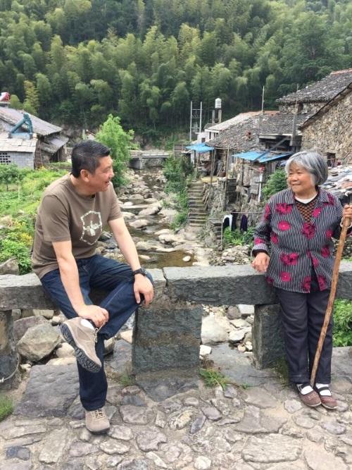 李桑在长寿村与长者交流畅谈保健之道。
