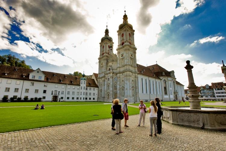 以圣加仑修道院为主的院区是文艺复兴风格的宗教建筑群,教堂内部是璀灿的巴洛克装饰。