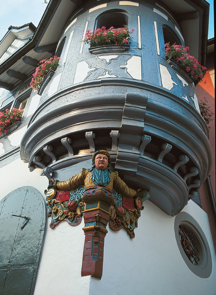 中世纪遗留下来的凸肚窗,如今在欧洲其他地方已很少看得到了。