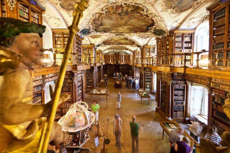 一走进修道院图书馆, 无人会不惊叹吧!金碧的装饰堂皇的手稿把它推向世界之巅。