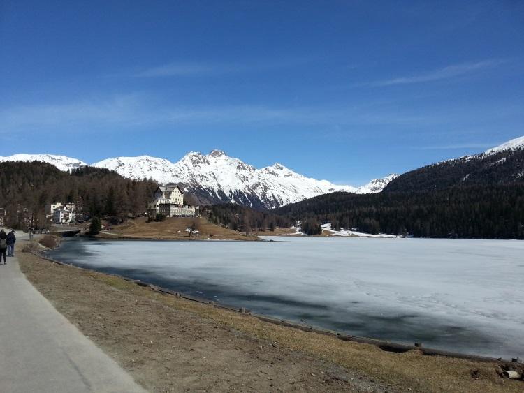 圣莫里茨是瑞士旅游重镇,结冰的湖泊是雪地赛马大会的赛场。
