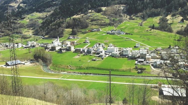 从白色雪景到绿茵村屋,仿若从时光坠道交错了两个季节。
