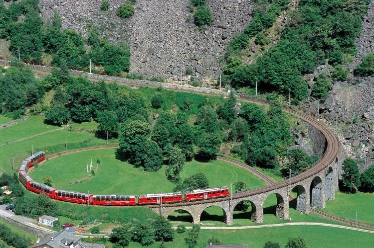 伯连纳列车最出名的景观360°迴旋环形大桥。