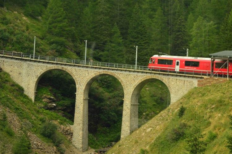 全程的列车会经过196 座桥,工程真的了不起!