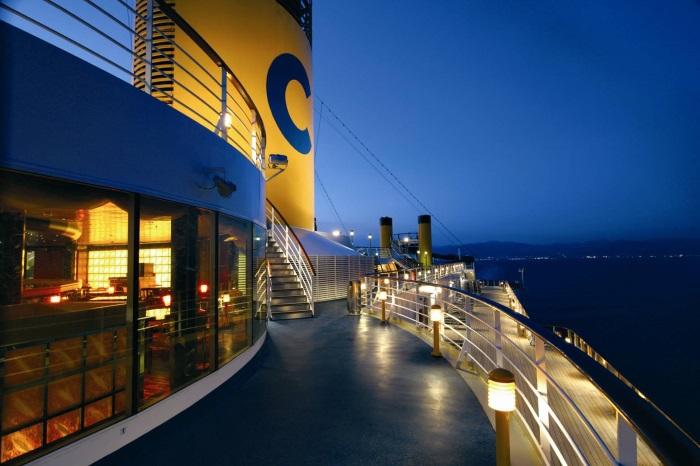 维多利亚号海上夜景