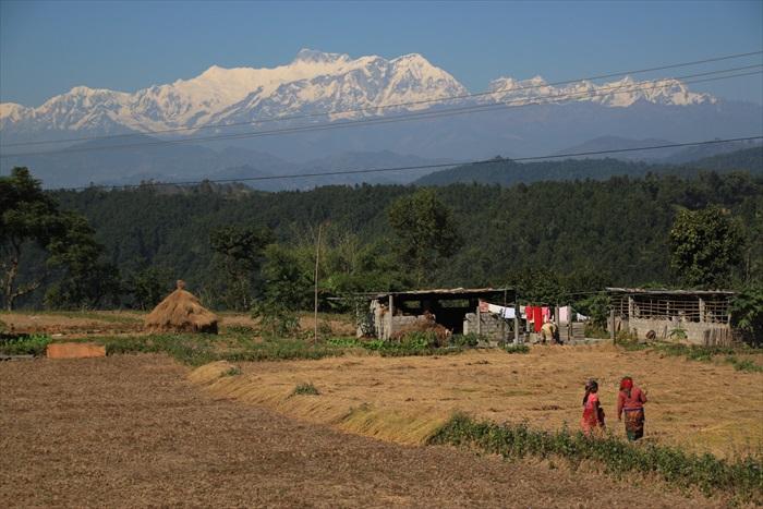 前往博卡拉途中,沿路村民就生活在雪山美景之下。