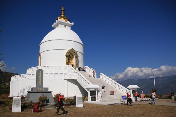 白如雪的和平塔,与北面的安娜普纳群峰相映成辉。