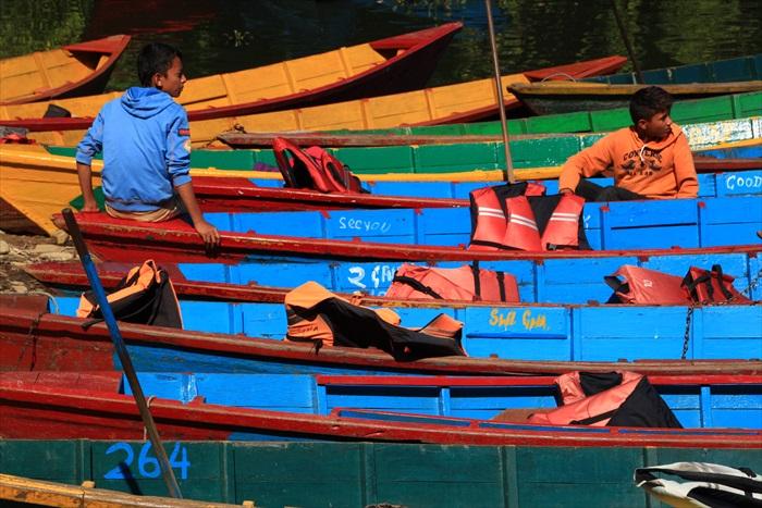 停泊在湖边的木船色彩缤纷。