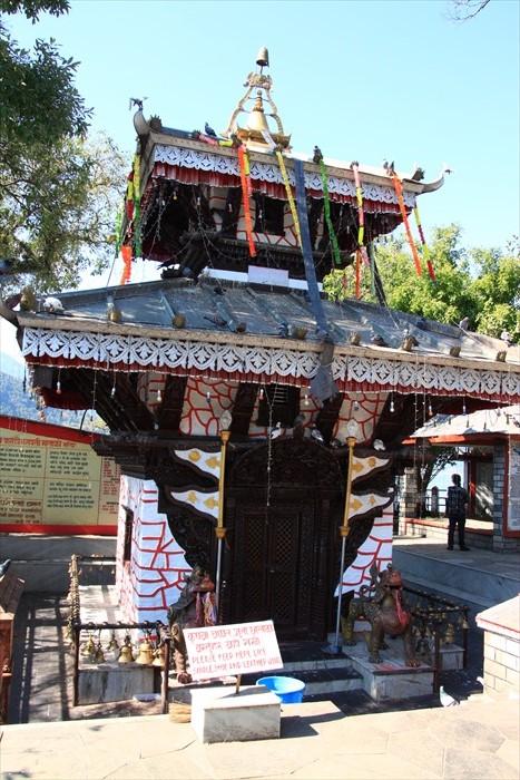 """湖心岛的神庙供奉着湿婆王妃之化身""""巴拉赫神""""。"""