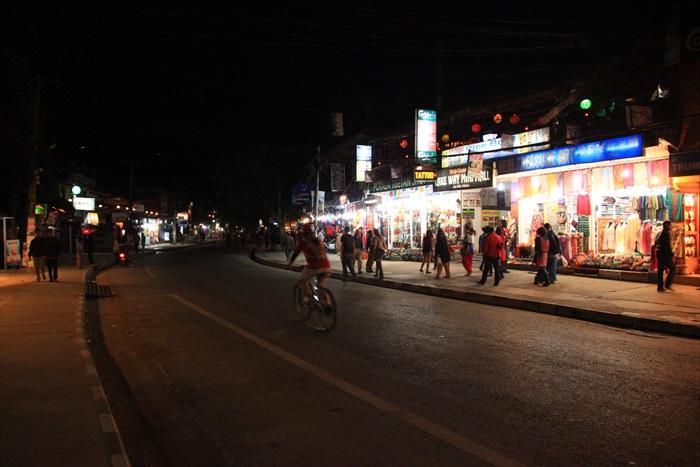 晚上的博卡拉大街,仍是五光十色。