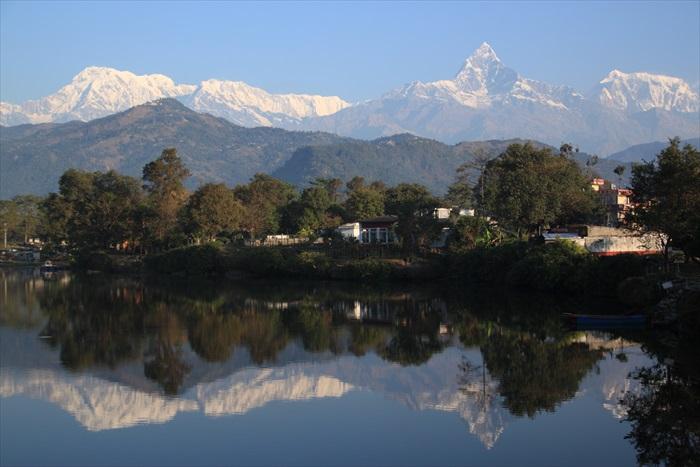 当湖面平静时,就能清楚地倒映雪山美景。