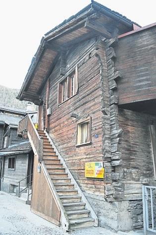 在策马特,可以看到19世纪留下的木造小屋,据说,屋子完全不用一根钉,展示了古人的智慧。木屋外观保存良好,一些已变身小店,一些改建成民宿。