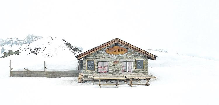 埃基斯峰上,只有一座无人经营的小餐室,及一两只高山小鸟把守。我们的到来,好像惊扰了这个与世隔绝的白色世界。