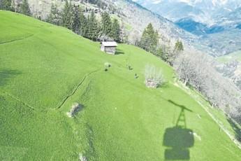 为了保护环境,许多高山景点,游客只能乘坐缆车前往。坐在缆车中,一样可赏无敌的美景。