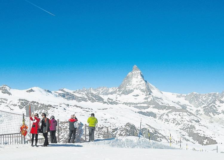 马特洪峰有4个面的锥体,每一个面都非常陡峭,雪都无法落脚。任由滑雪客及游客人头涌涌,手机、相机卡嚓个不停,它依旧不动声色,沉静故我。