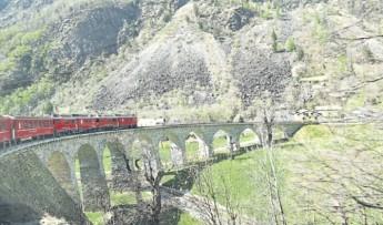瑞士人当年建设高山铁路的技术,为解决火车下山的难题,铁路建筑师特别设计了环型高架桥,让火车能在很短的时间内克服突然骤降的高度。