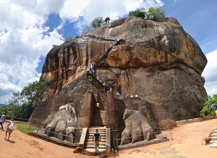 攀上狮子岩的入口。