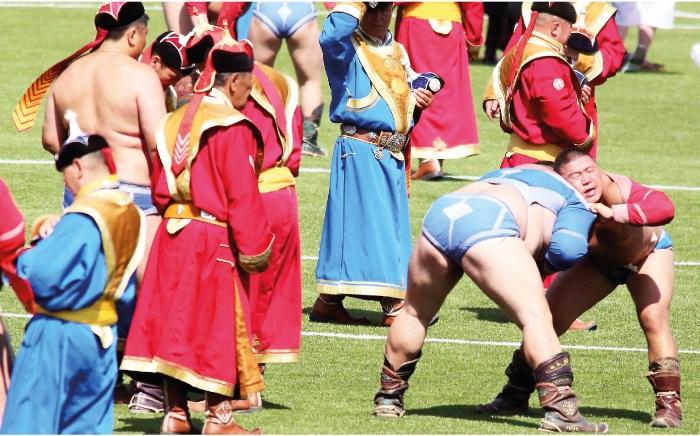 蒙古男人必须懂的三艺:摔角、射箭、骑马。