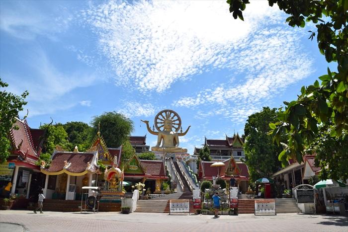 大佛寺(Wat Phra Yai),苏眉岛最着名的寺庙,12米高的金铸大佛,庄严且壮观。