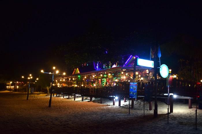夜晚的New Hut Restaurant。