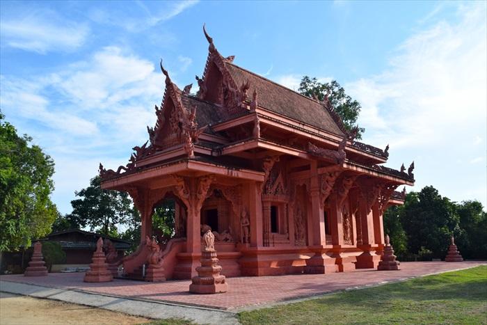 途中一座不知名新建的寺庙,朱红色的寺庙,非常引人注目。