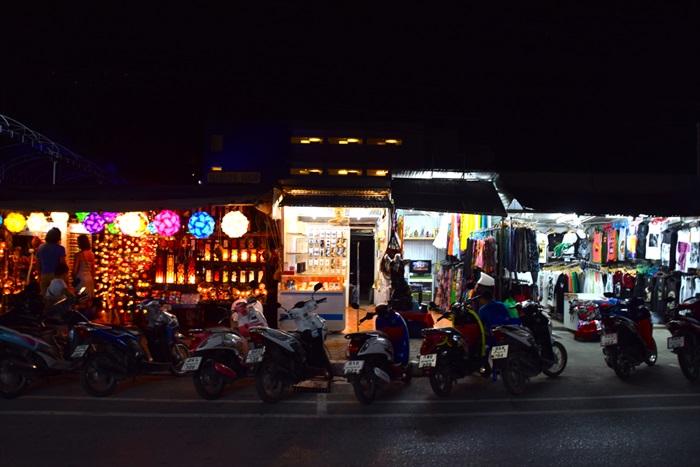 Cha Weng海滩,一整条街的店铺和餐馆。