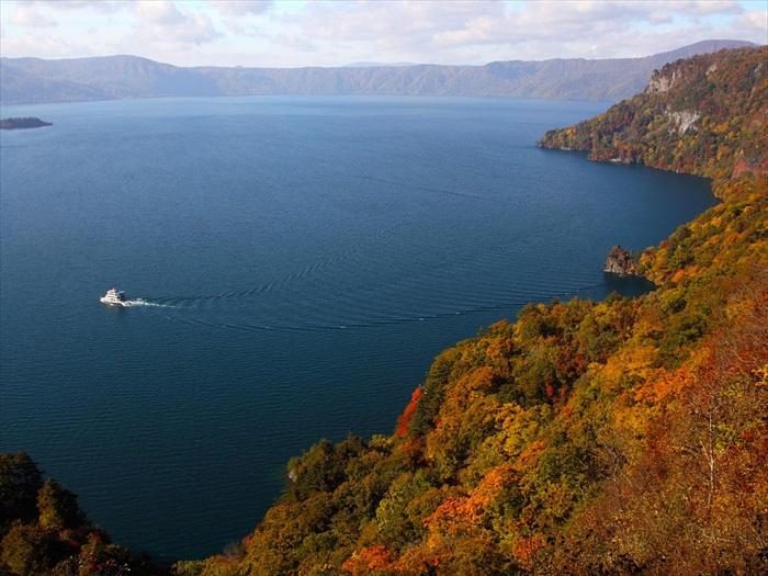 这个双重破火山口湖拥有碧蓝清澈的湖水,在红叶的衬托下更能凸显其魅力。
