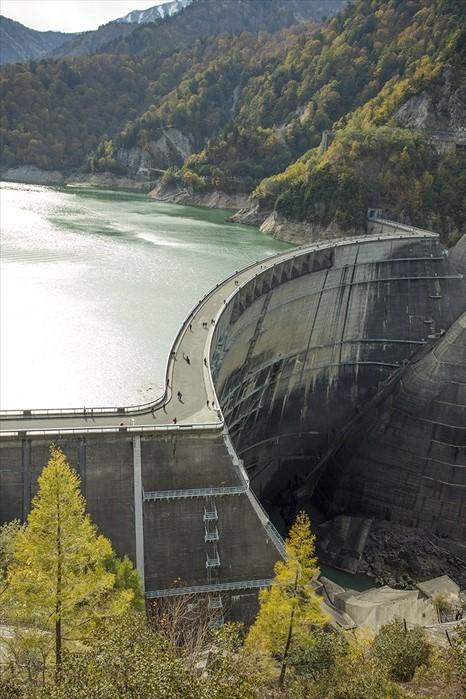 壮观的黑部水坝,走近一点可会勾起躲藏在细胞深处的丝丝惧高病毒。