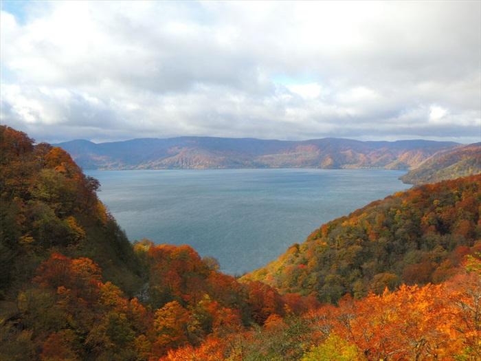 本州最大的火山口湖,位于海拔 400 米的山上。