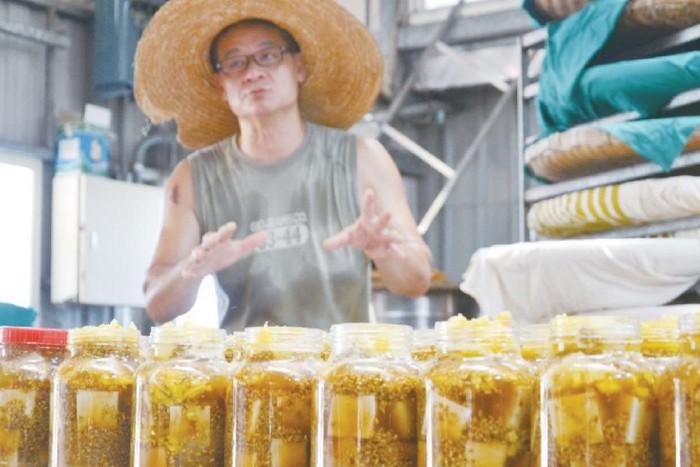 老妈妈手工酱油厂,还制作不含防腐剂的豆腐乳。(摄于老妈妈手工酱油坊)