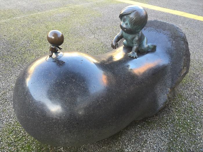 街道两旁矗立着多个来自《鬼太郎》里头的角色雕像。