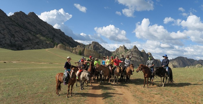 蒙古人从小与马儿一起长大,而且放牧马是那么忠诚于马主。
