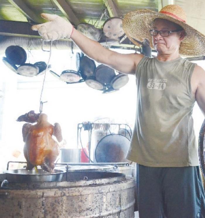 烤鸡也是老妈妈手工酱油厂的招牌之一。