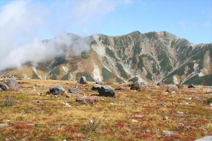 秋天的山峦多了红叶点缀。
