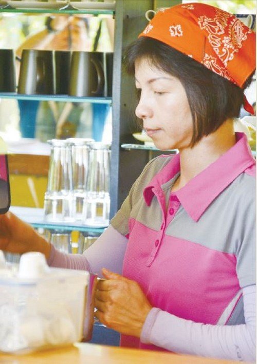 员工用心泡制咖啡。(摄于庄脚所在休闲农场)