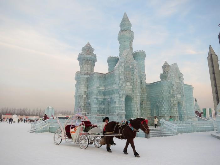 哈尔滨冰雕节位于中国哈尔滨松花江江岸。有30年的历史而享誉全球,是世界上最大的冰雕艺术节。