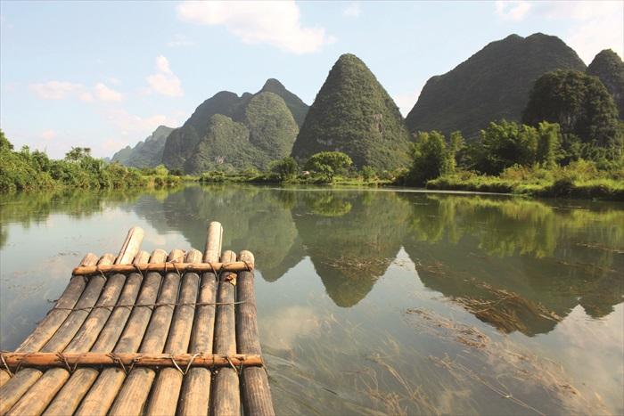 乘艘竹筏游历桂林,看山看水有别一番的享受。