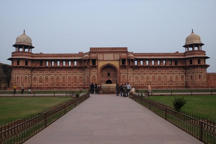 """阿格拉红堡是沙贾汗父王阿克巴大帝兴建的皇宫,没想到最终成了自己儿子临终的""""监狱""""。"""