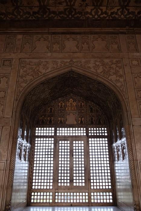 这门石窗正是沙贾汗遥望泰姬陵的地方。