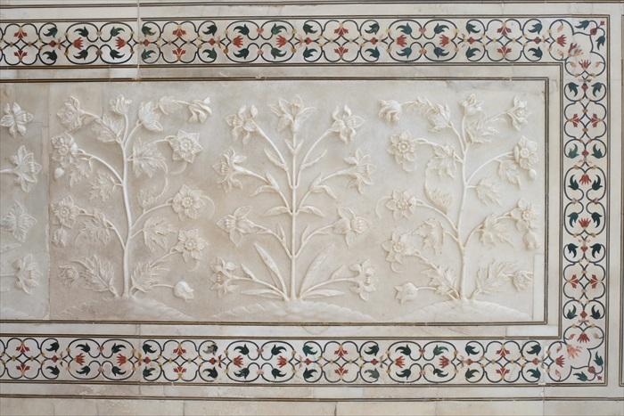 白色大理石上都雕满花纹,再以彩纹图案框之,非常典雅。