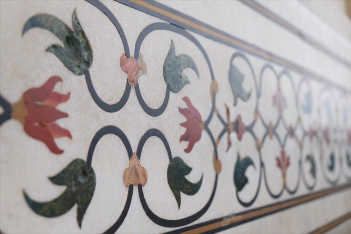 近看彩纹图案,原来是以各种宝石镶嵌而成的。
