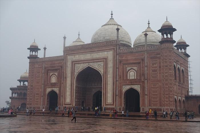 主陵墓左右两侧各有一座红色清真寺,彷佛为泰姬陵苍白的脸颊添上一些血色。