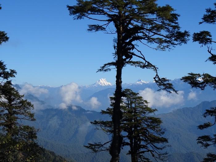 不丹雪山绵延的景色