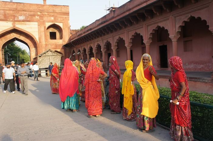 穿着色彩鲜艳纱丽的传统印度女人...