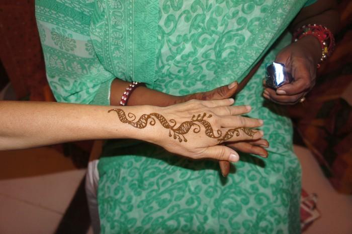海娜纹身(Henna Tatoo)是印度女人最主要的体绘手艺(Skin Art)。特别是在婚礼上,新娘须着艳装、戴金银珠宝,代表今后的高贵和富足。在手脚上画满图案,向神明祈求祝福。