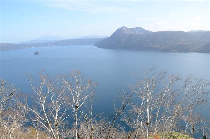 神秘的摩周湖在秋季依旧神秘萧瑟。