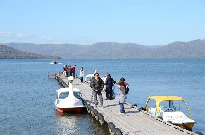 冬天的屈斜路湖大部分湖面结冰,游客多半只能在湖畔泡砂汤。而在秋季,你则可以乘坐小艇傲游屈斜路湖!