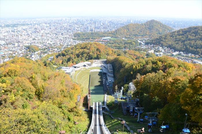 秋天,自大仓山跳跃台滑雪竞技场高处遥望。